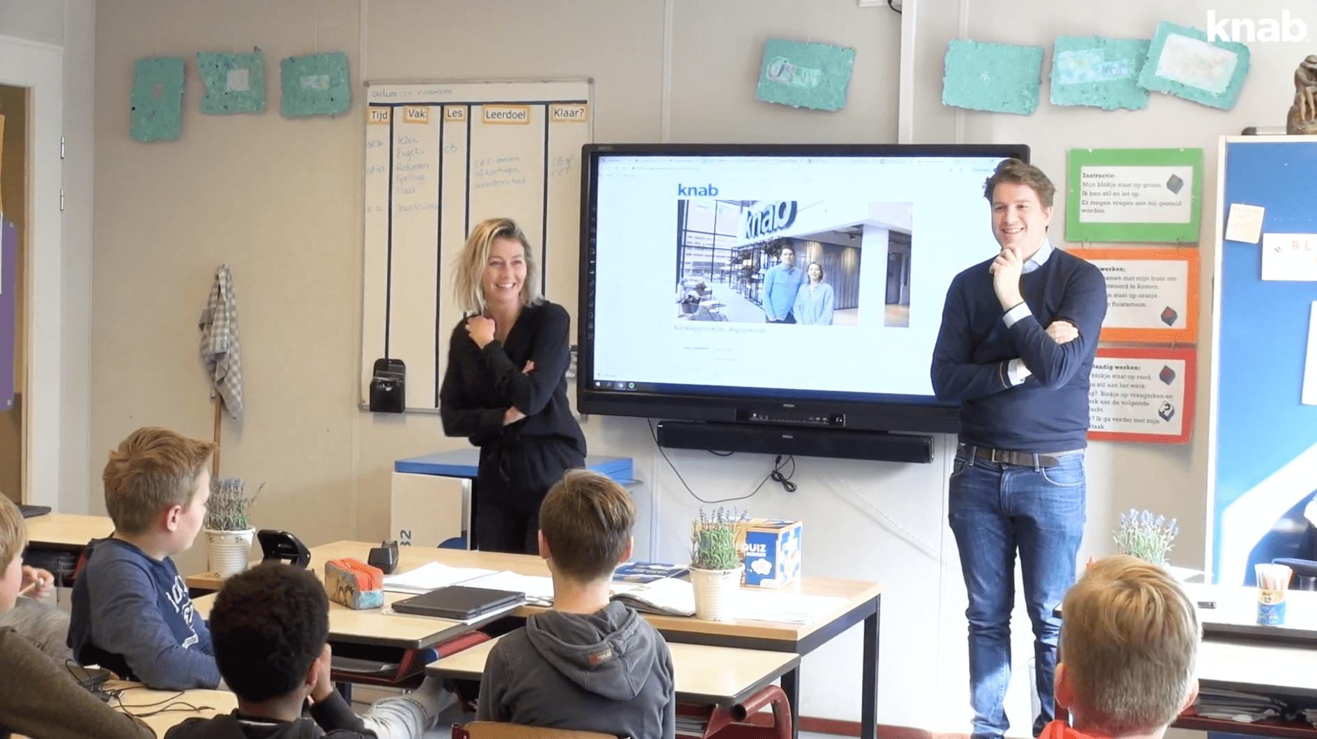 Bank voor de klas: Joep en Lisa tijdens de gastles