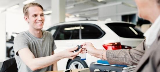 Je eerste auto kopen bij een dealer