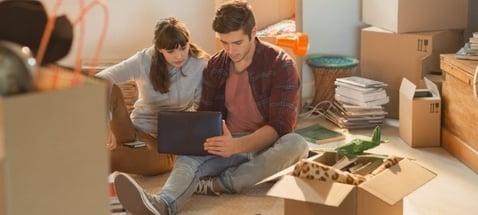 Jong stel checkt of Maximaal lenen hypotheek wel verstandig is