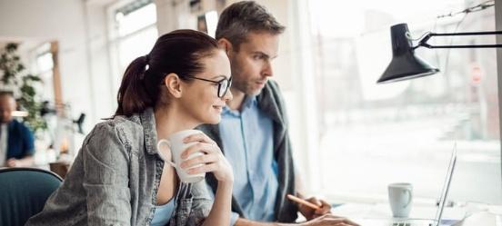 Ongehuwd samenwonen: dit stel checkt wat ze moeten regelen