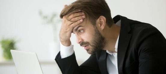 Verbaasde klant schrikt van dure kosten grootbanken -695232-edited.jpg