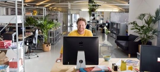 nibud maakt zich zorgen: Knab man achter computer