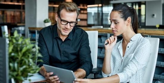 ondernemers-kijken-naar-tablet