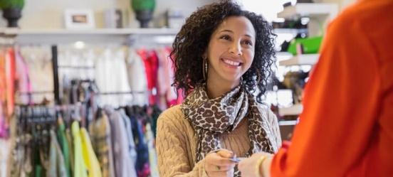 retourpinnen: klant in kledingwinkel