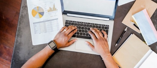 Investeerder bekijkt de statistieken van het rendement