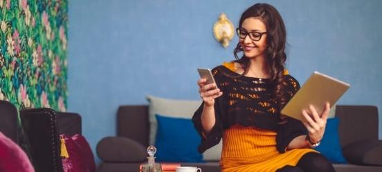 Vrouw checkt haar obligaties in beleggingsapp