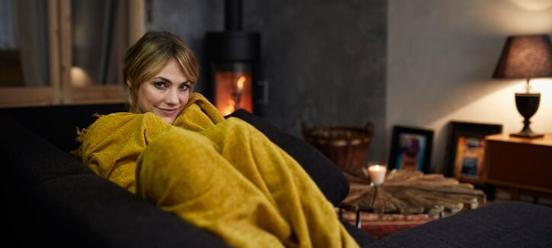 Energierekening stijgt, deze vrouw houdt zichzelf warm met een deken
