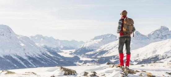 Man kijkt uit over bergtoppen