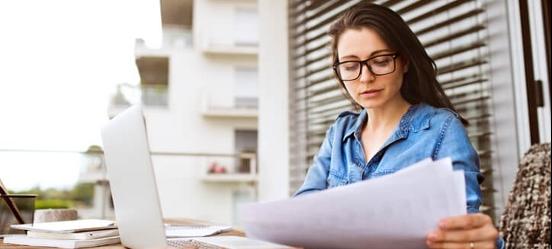 Vrouw leest over de wijzigingen van de NHG hypotheek