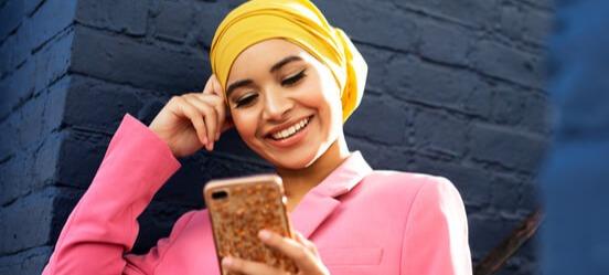 Vrouw gaat veilig mobiel bankieren