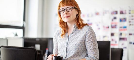 Vrouw denkt na of debiteurenfinanciering geschikt is voor haar bedrijf