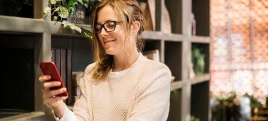 Een klant bekijkt haar internationale overboeking